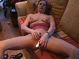 Amatorka masturbuje sie na kanapie