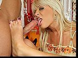 Sexy milfa maluje paznokcie