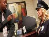 Cycata policjantka daje na sluzbie