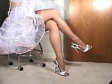Laska w ponczochach pokazuje nogi