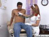 Pielegniarka bada pacjenta