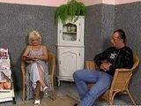 Stara babcia puszcza sie z pacjentem