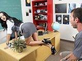 Seksowna nauczycielka udziela lekcji