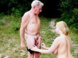 Dziadek z nastolatka w lesie