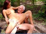 Dziadek posuwa nastolatke w lesie