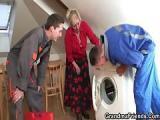 Staruszka ma problemy z pralka