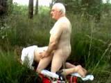 Mloda laska puszcza sie z dziadkiem w lesie