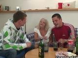 Stara alkoholiczka imprezuje z mlodocianymi