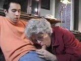 Starszy wnuk rucha swoja babcie