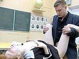 Ruda uczennica z nauczycielem