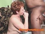 Stara babcia lubi z czarnymi