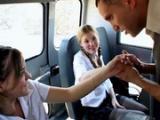 Mlode uczennica w autobusie