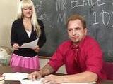 Sex uczennica puszcza sie na lekcjach