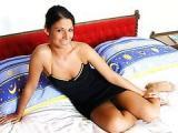 Brunetka w sypialni swojego przyjaciela