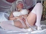 Panna mloda masturbuje sie w lozku