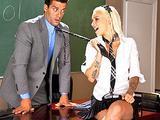 Sexy uczennica dobiera sie na lekcjach