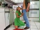 Sex milfetka z mlodym w kuchni