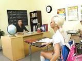 Cycata uczennica daje na lekcjach