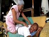 Czarna babcia z kolega wnuczka