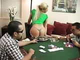Starsza pani gra w pokera rozbieranego