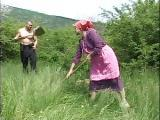 Staruszka puszcza sie z sasiadem na polu