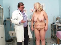 Stara rura z doktorkiem w gabinecie