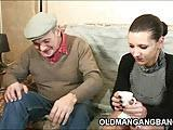 Stary facet zalicza mloda suke