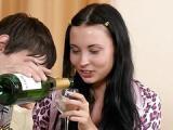 Pijana nastolatka daje koledze