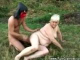 Staruszka ze wsi puszcza sie na dworze