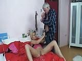 Mloda blondi lubi starych zgredow
