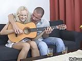 Kolega uczy mnie grac na gitarzy