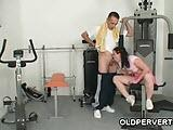 Stary zgred z nastolatka na silowni