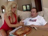 Sexy blondi zamowila pizze
