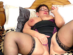 Mouth-watering chubby babe penetrates her own pussy on the bed
