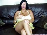 Puszysta na kanapie rozbiera sie do naga