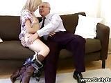 Dziadek zabiera sie za nastolatke
