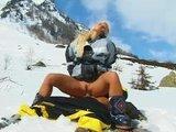 Sex blondynka z partnerem w gorach