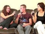 Dwie suczki pija alkohol zkolega