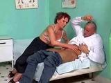 Staruszka puszcza sie z mlodym doktorkiem