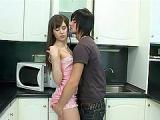 Nastolatka ze swoim chlopakiem w kuchni