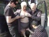 Stara baba daje dupy w samochodzie