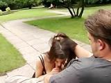 Z mloda dupa w parku na lawce