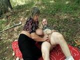 Mloda dupa z babcia i dziadkiem