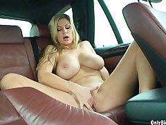 Cudowna cycolina masturbuje sie w samochodzie