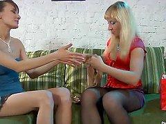 Gorace lesby z mokrymi cipkami