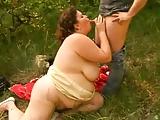 Grubaska wyciaga faceta do lasu
