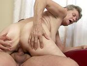 Stara baba dobiera sie do mlodego chlopaka