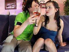 Nastolatka pije ze swoim znajomym