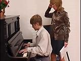 Rosyjska mamuska uczy grac na pianinie