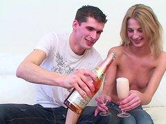 Nastolatka u znajomego pija alkohol